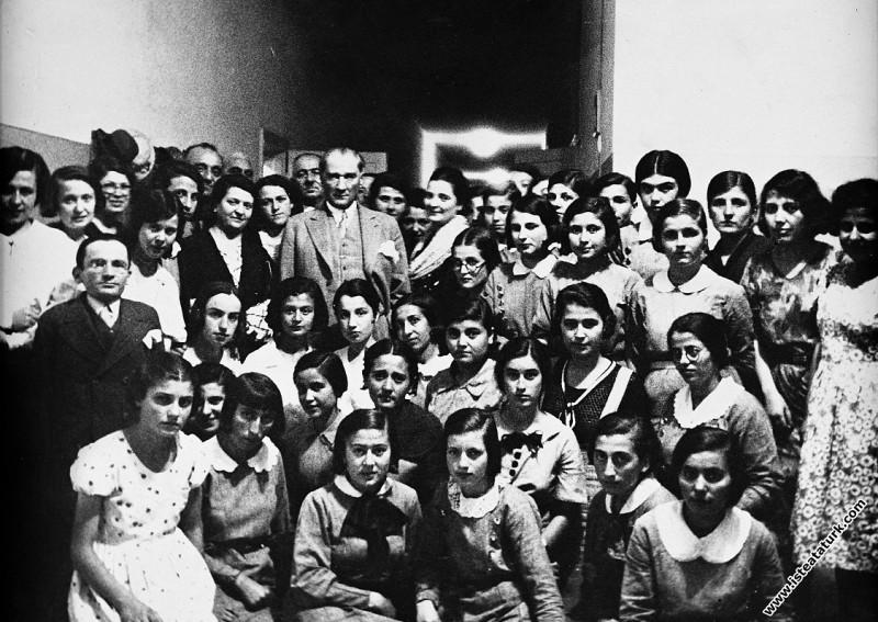Mustafa Kemal Atatürk Ankara İsmet Paşa Kız Enstitüsü'nde sınavdan sonra öğrencileriyle. (27.06.1933)