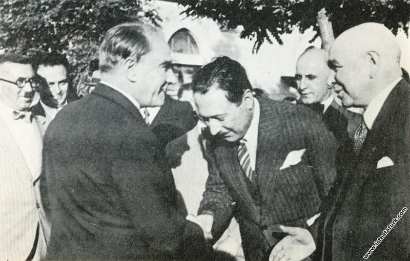 Mustafa Kemal Atatürk Gazi Orman Çiftliği'nde kendisini uğurlayanlarla. (29.06.1933)