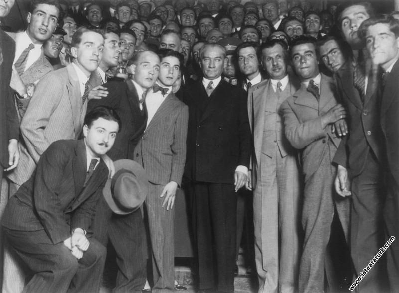 Mustafa Kemal Atatürk İstanbul Üniversitesi'nde öğrencilerle. (02.07.1933)