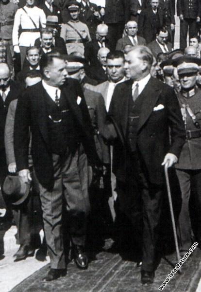 Mustafa Kemal Atatürk İstanbul'da Kazım Özalp ile birlikte. (12.09.1933)