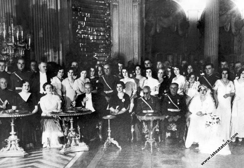 Mustafa Kemal Atatürk Orgeneral İzzettin Çalışlar'ın kızının  Dolmabahçe Sarayı'nda yapılan nikah töreni ve düğününde. (14.09.1933)