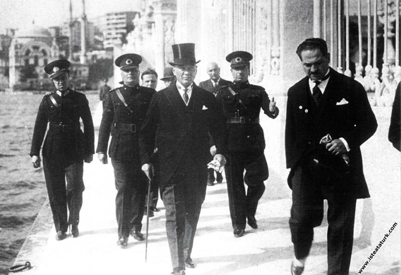 Mustafa Kemal Atatürk Yugoslav Kralı Alexandre'ı karşılamak için Dolmabahçe Rıhtımı'nda ilerliyor. (04.10.1933)