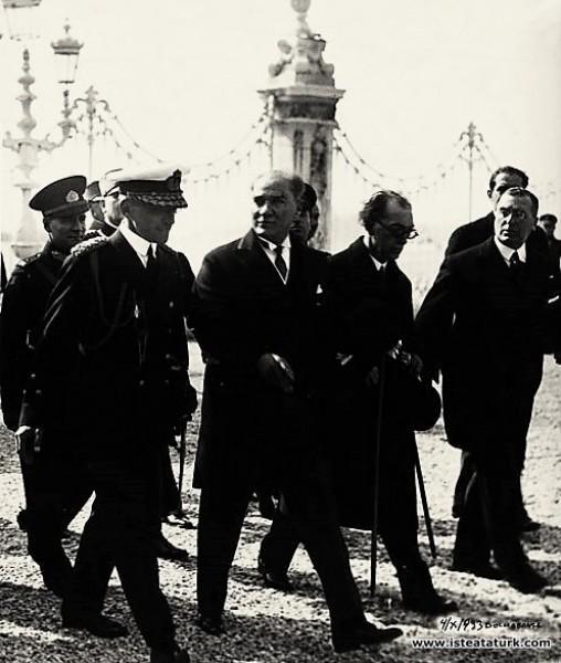 Mustafa Kemal Atatürk Yugoslav Kralı Alexandre ile birlikte Dolmabahçe Sarayı'nda. (04.10.1933)