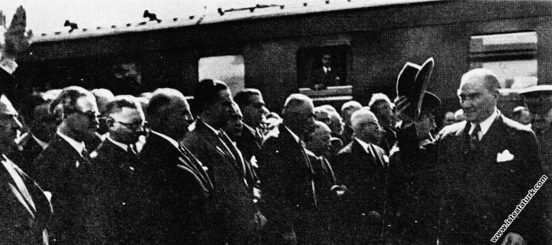 Mustafa Kemal Atatürk'ün Ankara'da karşılanışı. (1...