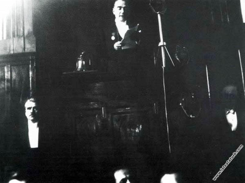 Mustafa Kemal Atatürk TBMM'nin 1933 yasama yılının açış konuşmasını yaparken. (01.11.1933)