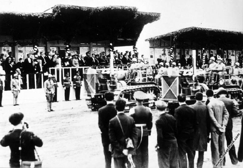 Mustafa Kemal Atatürk Cumhuriyet'in 10. Yıl Törenleri'nde, geçit merasimini izlerken. (29.10.1933)