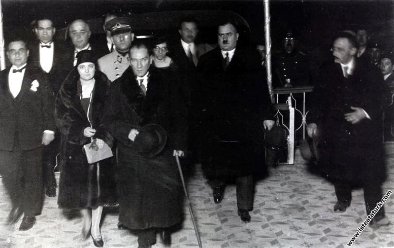 Mustafa Kemal Atatürk Manevi Kızı Afet İnan ile İzmir Karşıyaka Halkevi'nde düzenlenen bir baloya gelirken. (01.03.1930)