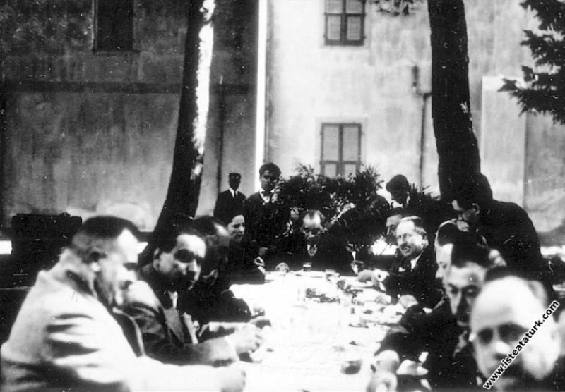Mustafa Kemal Atatürk Aziziye İstasyonu'nda bir yemek sırasında, Selçuk, İzmir. (05.03.1930)