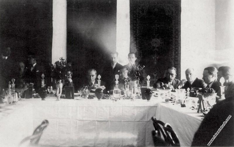 Mustafa Kemal Atatürk Isparta Orduevi'nde yemekte....