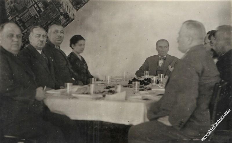 Mustafa Kemal Atatürk Antalya gezisinde,  yemek  m...