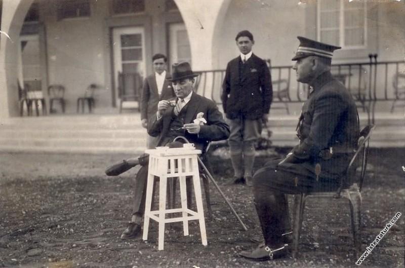 Mustafa Kemal Atatürk Gazi Orman Çiftliği'nde Marmara Köşkü'nün önünde kahve içerken. (03.04.1930)