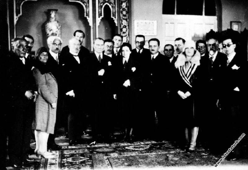 Afet İnan'ın kadın haklarına dair verdiği konferanstan sonra. (03.04.1930)