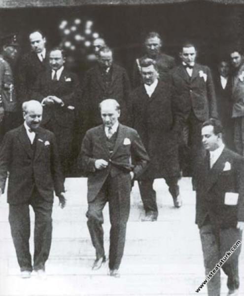 Mustafa Kemal Atatürk Ankara'da açılan Milli Sanayi Sergisi'ni gezdikten sonra çıkarken. (21.04.1930)