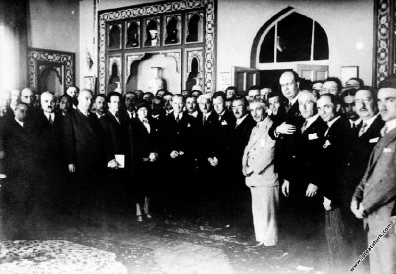 Mustafa Kemal Atatürk Ankara'da Türk Ocağı delegeleriyle. (27.04.1930)