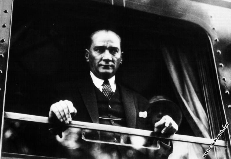 Mustafa Kemal Atatürk kendisini İstanbul'dan Ankara'ya götürecek trenin penceresinden bakarken. (09.06.1930)