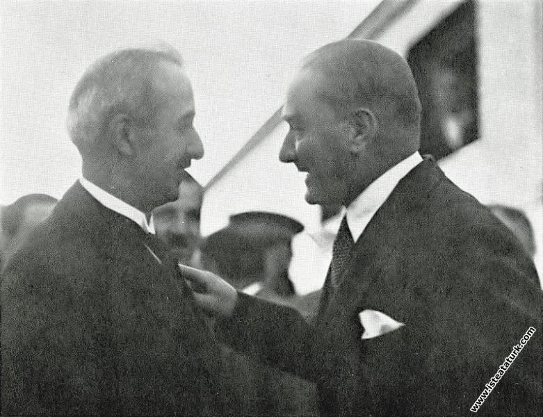 Mustafa Kemal Atatürk İstanbul'a giderken Başbakan İsmet Paşa ile. (09.06.1930)