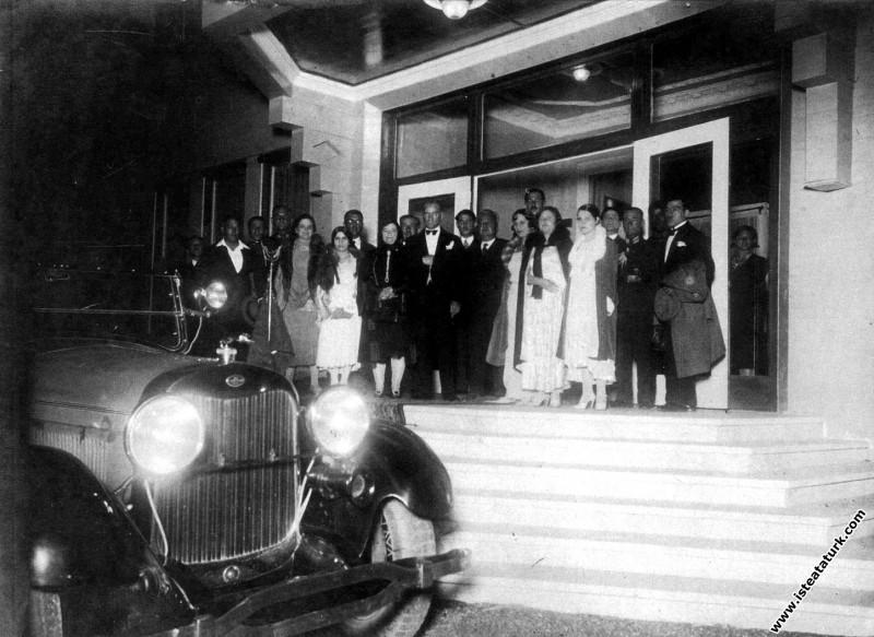 Mustafa Kemal Atatürk misafirleri ile birlikte, Ya...