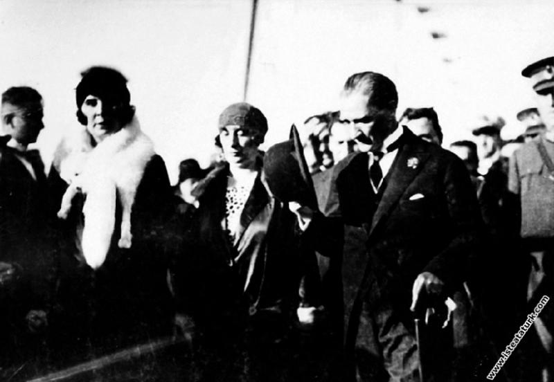 Mustafa Kemal Atatürk Yalova İskelesi'nde kendisin...