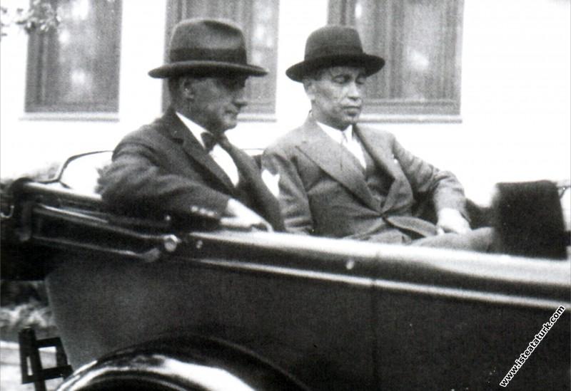 Mustafa Kemal Atatürk Yalova'da Fethi Okyar ile bi...