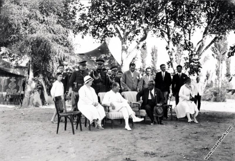 Mustafa Kemal Atatürk Yalova'da misafirleri ile bi...