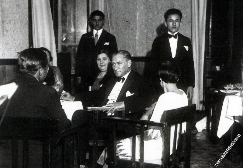 Mustafa Kemal Atatürk Yalova'da akşam yemeği önces...