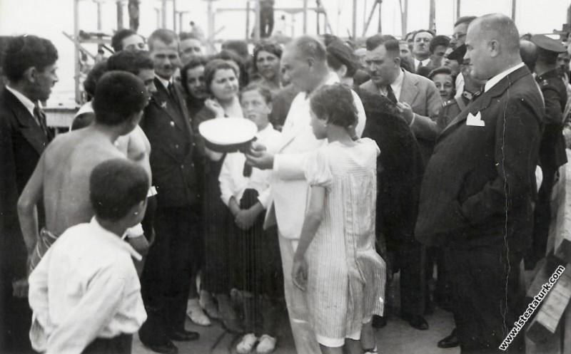Mustafa Kemal Atatürk Florya'da, istanbul.  (1935)