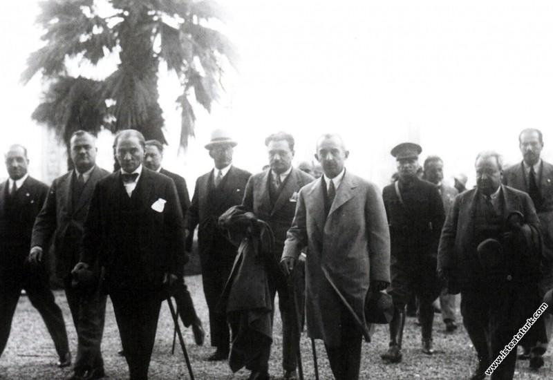 Mustafa Kemal Atatürk Dolmabahçe Sarayı'na girerke...