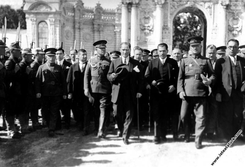 Mustafa Kemal Atatürk'ün Dolmabahçe Sarayı'nda karşılanması. (19.09.1930)