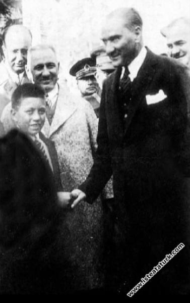 Mustafa Kemal Atatürk Yalova'da tanıyıp himayesine aldığı Sığırtmaç Mustafa ve öğretmeni ile birlikte Dolmabahçe Sarayı'nın önünde. (19.09.1930)