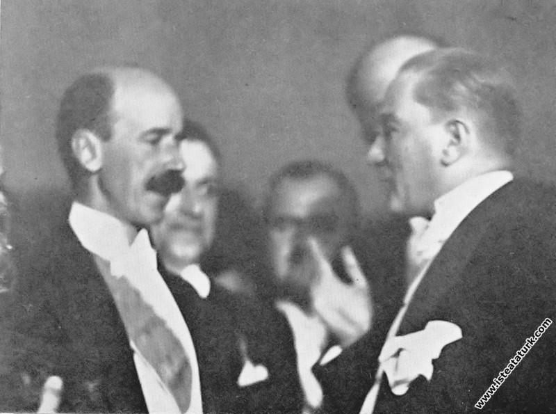 Mustafa Kemal Atatürk Cumhuriyet Balosunda Macaris...