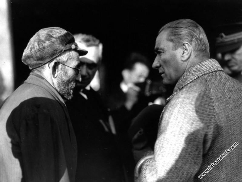 Mustafa Kemal Atatürk Sivas'ta bir ihtiyarın dertl...