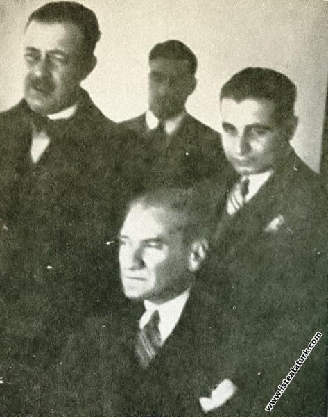 Mustafa Kemal Atatürk yanındakilerle birlikte Ege ...