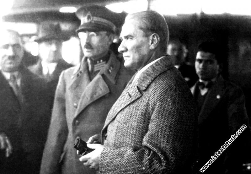 Mustafa Kemal Atatürk Ege Vapuru'ndan İstanbul'u seyrediyor. (01.12.1930)