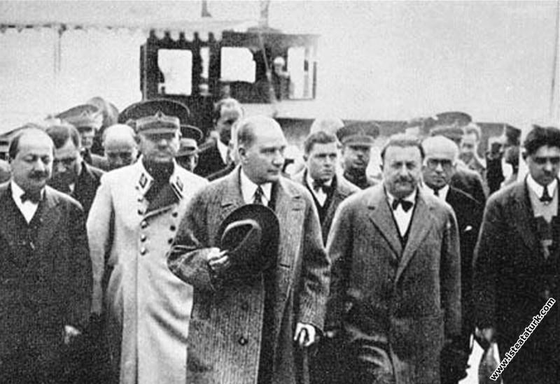 Mustafa Kemal Atatürk İstanbul'a. (01.12.1930)...