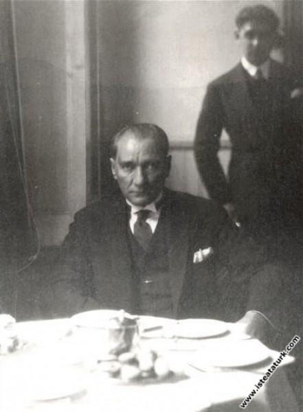 Mustafa Kemal Atatürk Turkuaz Lokantası'nda yemekt...