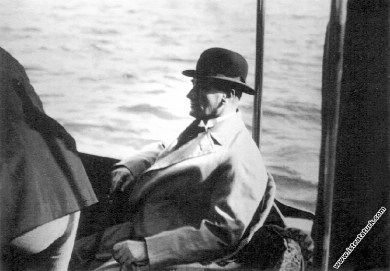Mustafa Kemal Atatürk Kadıköy Vapuru ile Yalova yo...