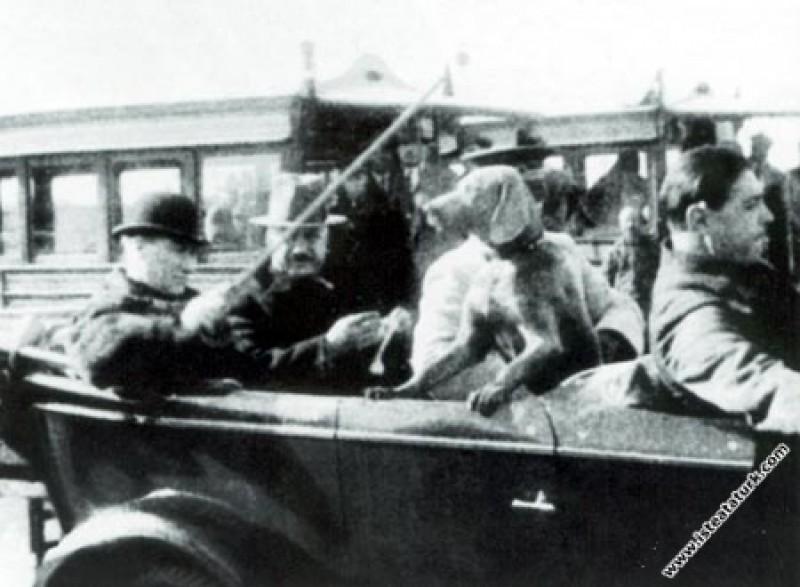 Mustafa Kemal Atatürk Köpeği Fox ile birlikte Yalo...