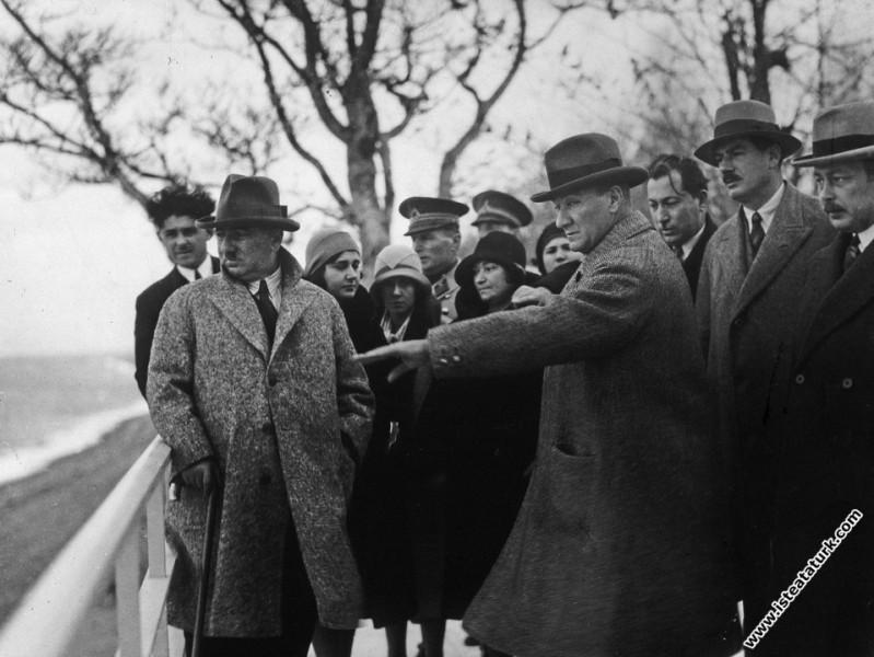 Mustafa Kemal Atatürk Yalova'da direktifler verilirken. (12.1930)