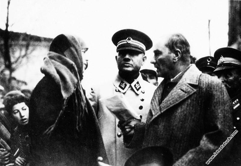 Mustafa Kemal Atatürk Kırklareli gezisinde bir kad...