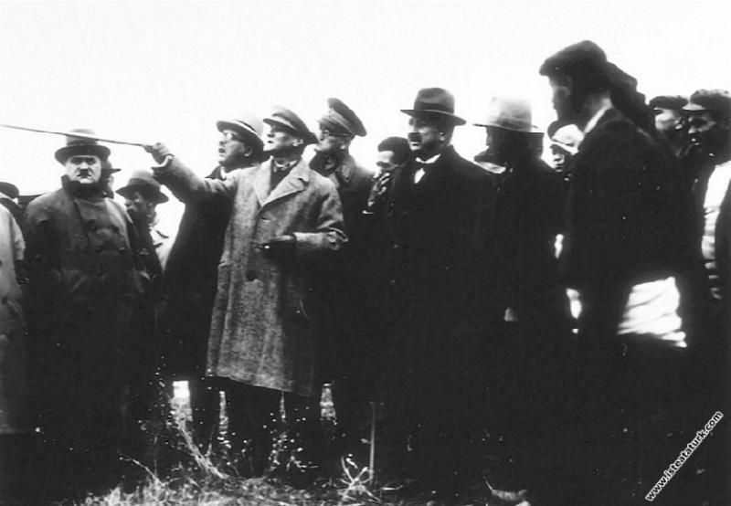 Mustafa Kemal Atatürk Edirne Kemalköy'de, çeltik ü...