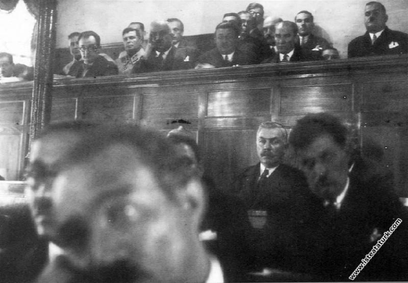 Mustafa Kemal Atatürk İstanbul Belediyesi Meclis Salonu'nun dinleyici bölümünde. (1930)