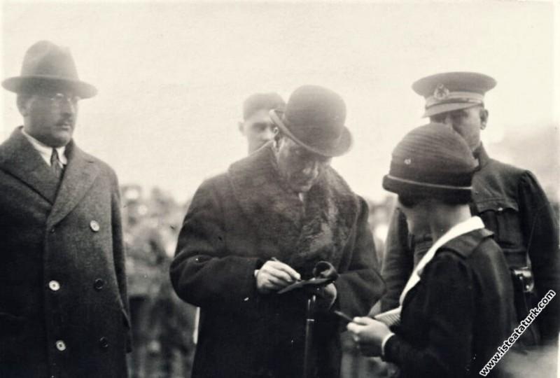Mustafa Kemal Atatürk bir bayana fotoğrafını imzalıyor. (1930)