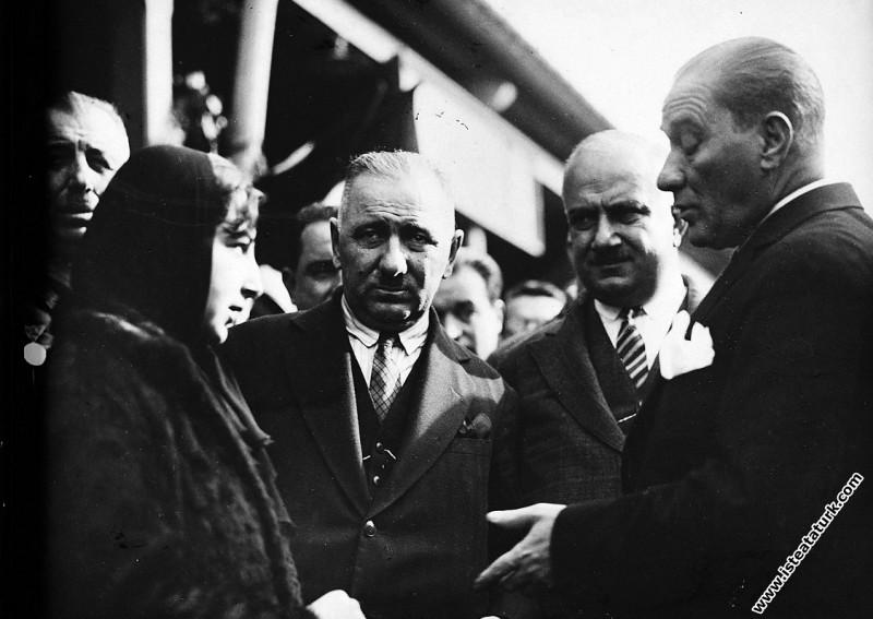 Mustafa Kemal Atatürk Kayseri Garı'nda bir kadının...