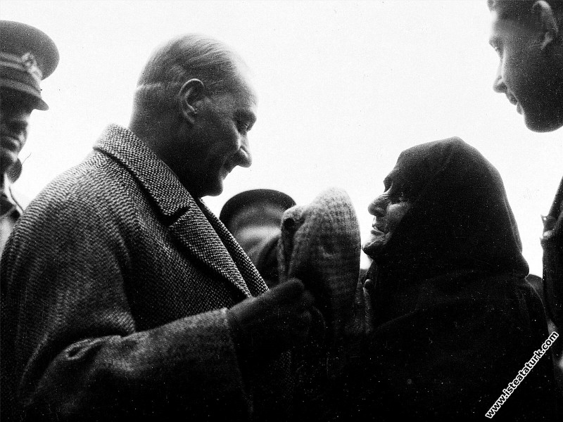 Mustafa Kemal Atatürk Edirne'de ihtiyar bir kadını...