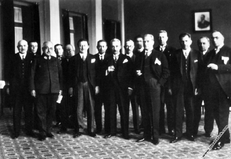 Mustafa Kemal Atatürk Ankara Palas'ta, Çocuk Esirgeme Kurumu'nun verdiği çay ziyafetinde. (23.04.1929)