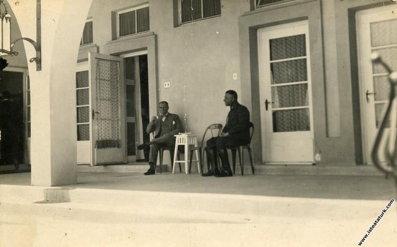 Mustafa Kemal Atatürk Marmara Köşkü'nün terasında dinlenmekte. (06.05.1929)