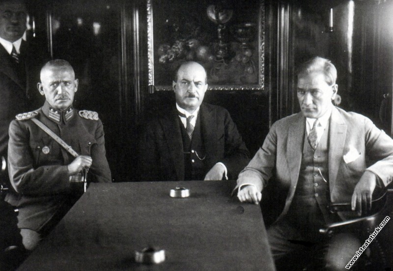Mustafa Kemal Atatürk Ankara'dan İstanbul'a giderken özel trende. (06.08.1929)