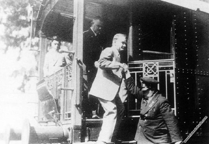 Mustafa Kemal Atatürk'ün İstanbul Tuzla İstasyonu'nda karşılanışı. (06.08.1929)