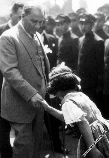 Mustafa Kemal Atatürk İstanbul Pendik İstasyonu ziyareti sırasında kendisini karşılamaya gelen çocuklarla birlikte. (06.08.1929)