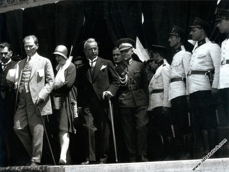 Mustafa Kemal Atatürk'ün Haydarpaşa Garı'nda karşı...